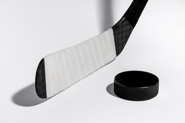Vara e disco de hóquei em gelo no fundo branco isolado, equipamento para o jogador de hóquei.