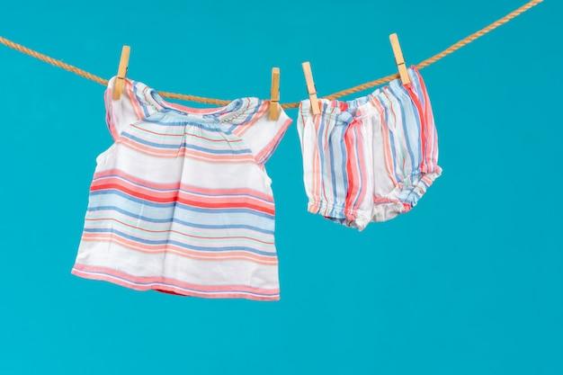 Varal com roupas de bebê fixadas close-up