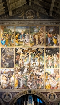 Varallo, itália - junho de 2020: localizado na igreja de santa maria delle grazie em varallo sesia, esta obra-prima renascentista foi criada por gaudenzio ferrari em 1513