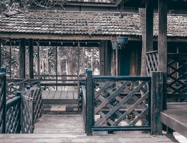 Varanda de madeira de casa tradicional tailandesa