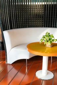 Varanda térrea vazia ao ar livre e cadeira na varanda
