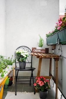 Varanda verde e caseira com verdes e flores no verão. jardinagem de passatempo. zona residencial do conforto