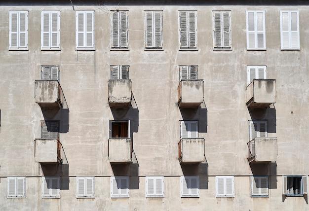 Varandas simétricas em um prédio