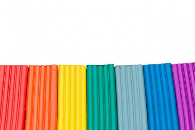Varas coloridas de massinha isoladas sobre o branco