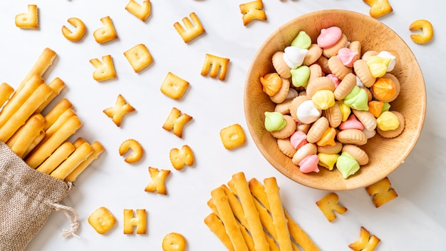 Varas de biscoito com biscoitos de açúcar colorido em uma tigela
