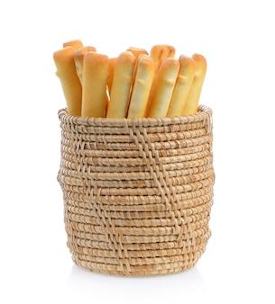Varas de pão no cesto isolado no fundo branco