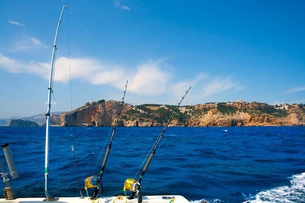 Varas de pesca de barco de pesca no mediterrâneo cabo nao cape