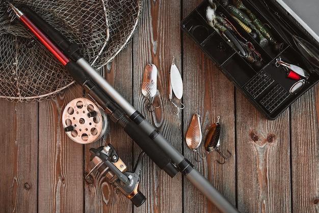 Varas de pesca e equipamentos no fundo de madeira