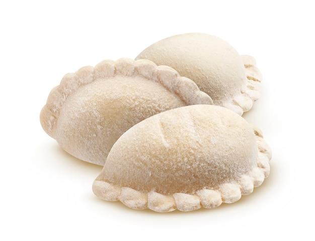 Vareniki, bolinhos crus congelados isolados no fundo branco com traçado de recorte