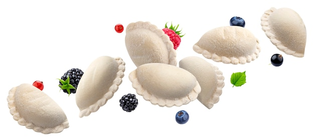 Vareniki caindo, bolinhos de massa crus, pelmeni russo caseiro congelado cheio de frutas silvestres isoladas em branco