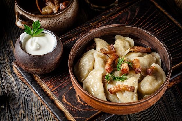 Vareniki ucraniano com batatas e gordura de porco frita - torresmos