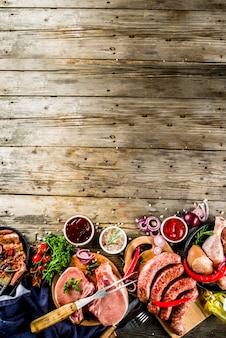Vária carne crua pronta para churrasco e churrasco