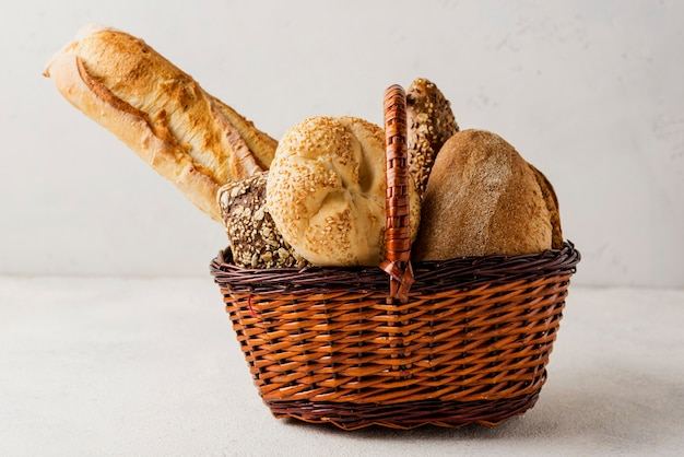 Vária vista frontal de pão branco e integral na cesta