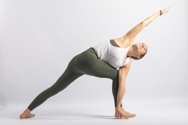 Variante de postura em ângulo lateral estendido com o braço na frente da perna postura de yoga asana