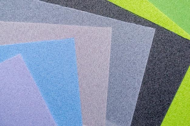 Várias amostras de tecidos coloridos. histórico da indústria. foco seletivo