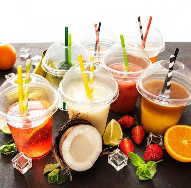 Várias bebidas geladas e coquetéis de verão