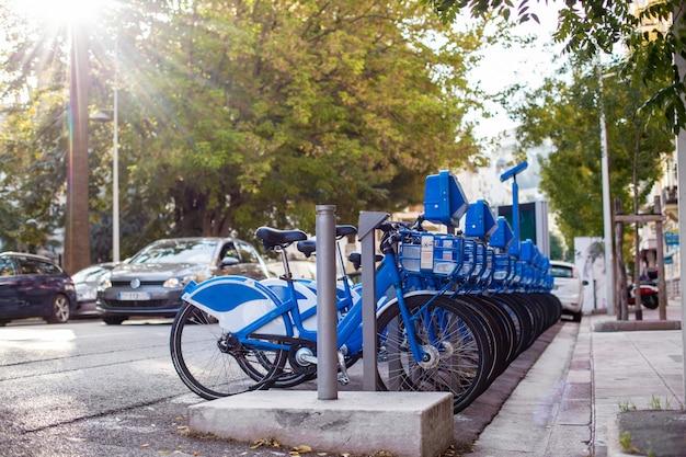 Várias bicicletas da cidade para alugar na cidade