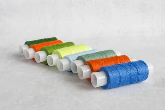 Várias bobinas com fio colorido
