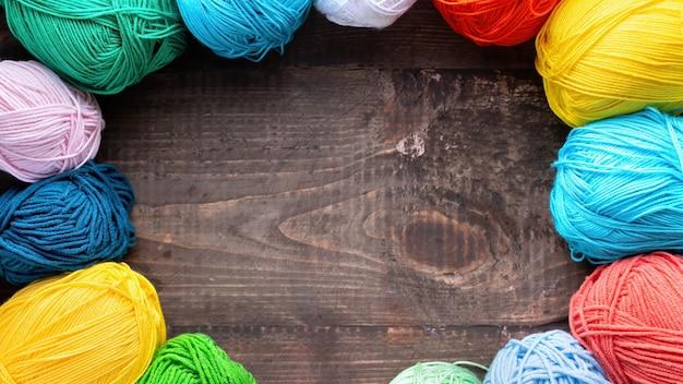Várias bolas coloridas de lã. vista do topo