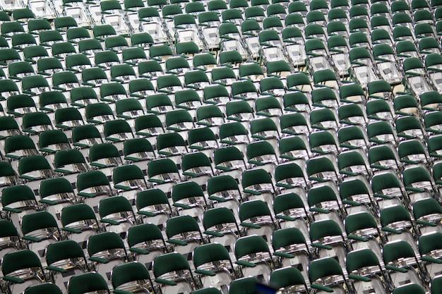 Várias cadeiras dispostas em uma fileira