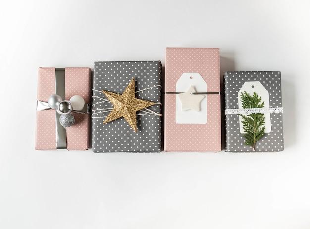 Várias caixas de presente de natal. coleção de caixas de presente de natal e decoração em fundo branco. idéias de decoração de embrulho de presente. postura plana. copie o espaço