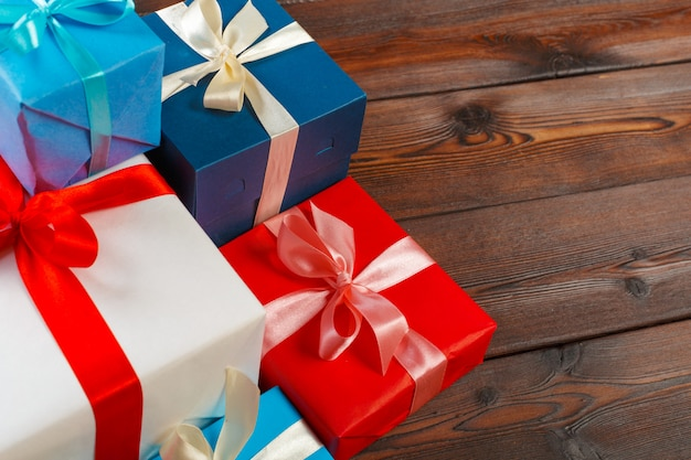 Várias caixas de presente na mesa de madeira, vista superior