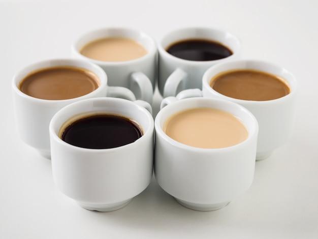 Várias canecas com café diferente