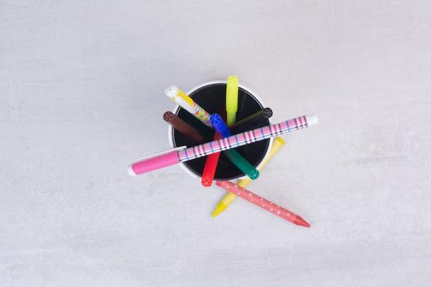 Várias canetas e lápis no porta-canetas