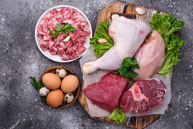 Várias carnes cruas, fontes de proteína animal