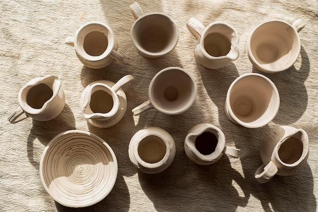 Várias cerâmicas na vista de cima da mesa