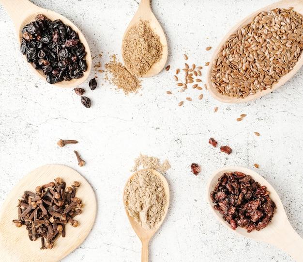 Várias colheres com arranjo de vista superior de sementes Foto Premium