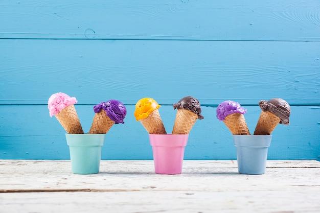 Várias colheres de sorvete no azul