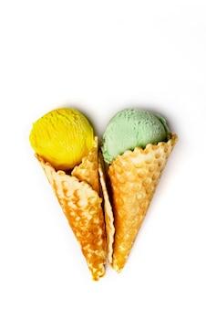 Várias colheres de sorvete no fundo branco