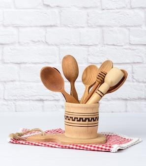 Várias colheres e utensílios de cozinha de madeira em uma tigela