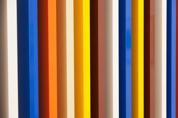 Várias cores em perspectiva pintada em colunas de madeira