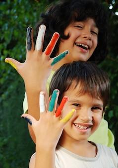 Várias cores nos dedos das crianças, ao ar livre
