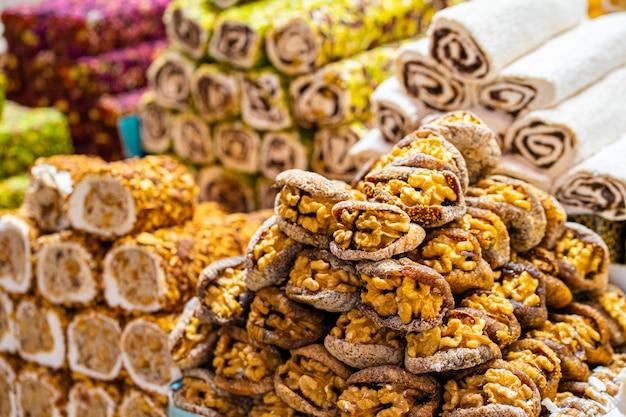 Várias delícias turcas, doces baklava lokum e frutas secas, vegetais