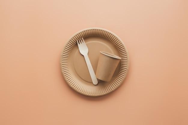 Várias embalagens de papel kraft ecologicamente corretas, garfo, copo e prato, recipientes para comida para viagem. resíduos zero e conceito de reciclagem. foto de alta qualidade