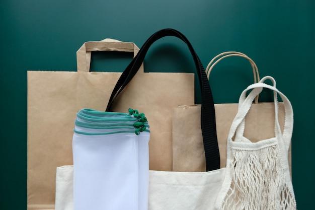 Várias embalagens ecológicas sobre um fundo verde.