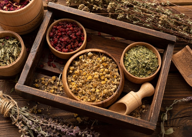 Várias ervas naturais em uma caixa de madeira vista de cima