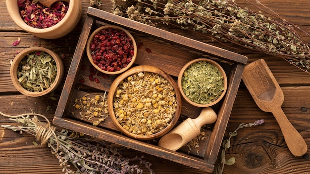 Várias ervas naturais em uma caixa de madeira