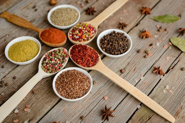 Várias especiarias contra um fundo escuro. ingredientes alimentares. pode ser usado como pano de fundo