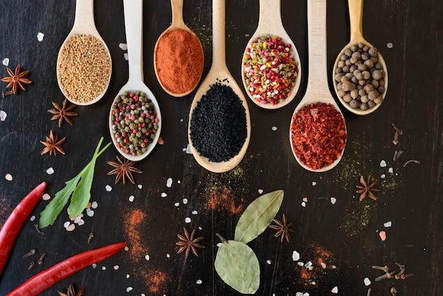Várias especiarias contra um fundo escuro. ingredientes alimentares