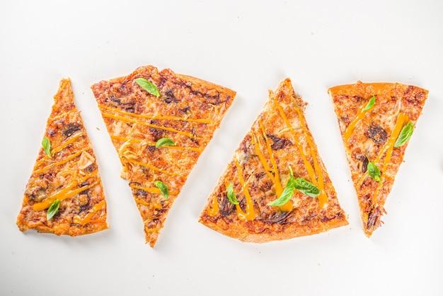 Várias fatias de pizza tradicional italiana