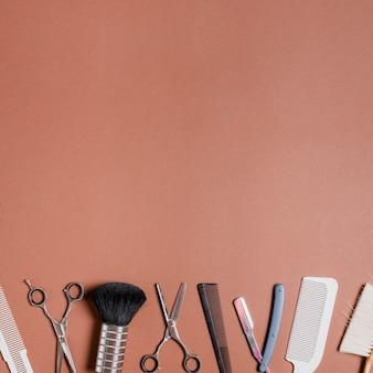 Várias ferramentas de barbeiro no fundo brilhante