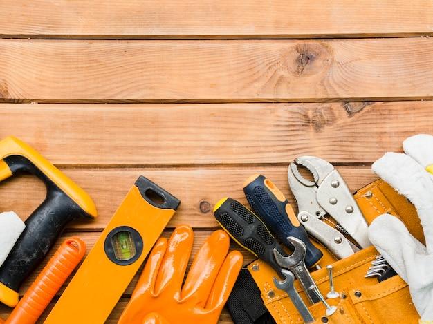 Várias ferramentas de carpintaria na mesa de madeira