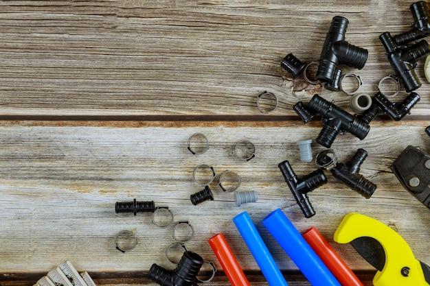 Várias ferramentas de encanador, acessórios para tubos em materiais de encanamento de reforma da casa, incluindo cobre
