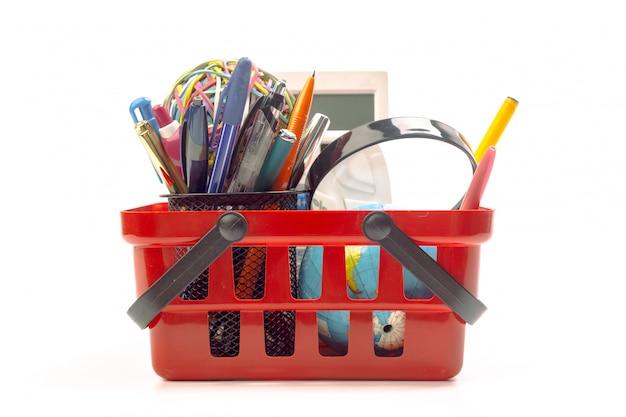 Várias ferramentas de escritório em um carrinho de compras, isolado no branco