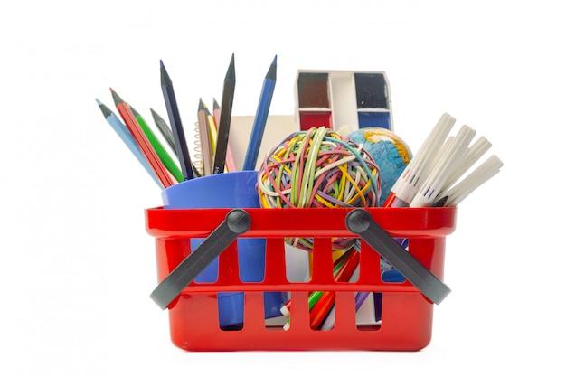 Várias ferramentas de escritório em um carrinho de compras isolado no branco