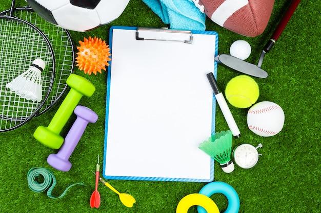 Várias ferramentas de esporte na grama com espaço de cópia